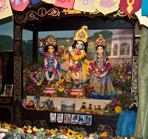 Sri Sri Guru Gauranga Gandharvika Giridhari Ki Jai!