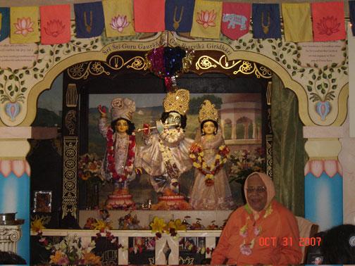 Srila Gurudev visits Sri Sri Guru Gauranga Gandharvika Giridhari and takes a moment to talk with the devotees before heading to  his quarters