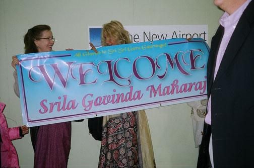 Srimatis Jivana didi and Hladini didi welcome Srila Gurudev with a beautiful banner