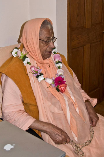 Srila Gurudev bestows the mercy of the holy name to the sincere seekers