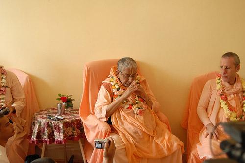 Jaya Om Vishnupad Paramahamsa Parivrajakacharya Astottara Sata Sri Srimad Bhakti Sundar Govinda Dev-Goswami Maharaj ki jaya!