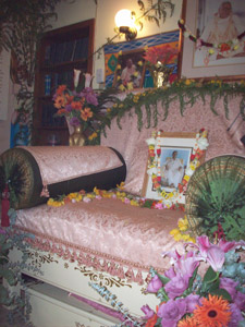 Srila Gurudev's Vyasasana.