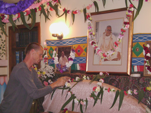 Giridhari Prabhu adding flowers to the Vyasasana.