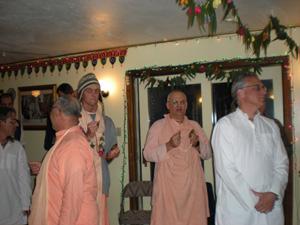 Sripad Parvat Maharaj led an enthusiastic kirtan.