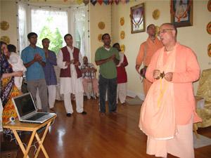 Sripad Janardan Maharaj leads the arotik kirtan.