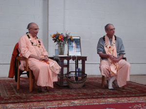 Janardan Maharaj and Siddhanti Maharaj enthusiastically spoke to the guests.