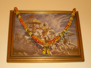 Sri Krishna driving the chariot for Arjuna. An image Srila Gurudev suggested to Kumkum Didi to greet the visitors.