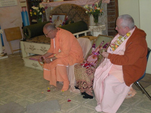 Srila Janardan Maharaj leads the devotees in kirtan.
